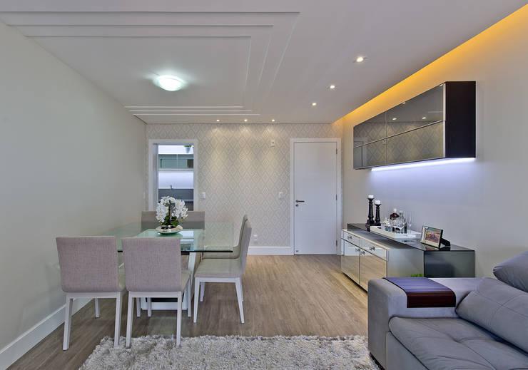Projekty,  Salon zaprojektowane przez Kris Bristot Arquitetura