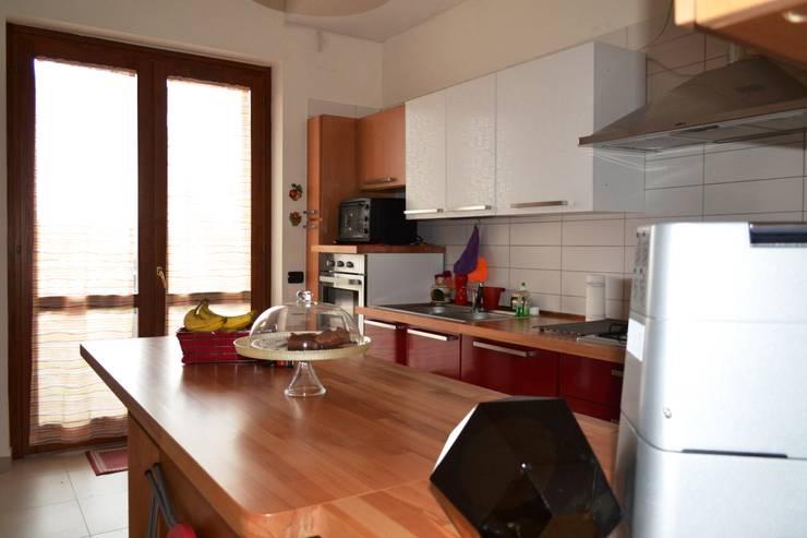 Cocinas de estilo minimalista por T.A. arredo_arredamento su misura