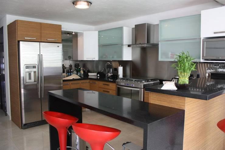 Cocinas de estilo moderno por OR Arquitectura y Construcción