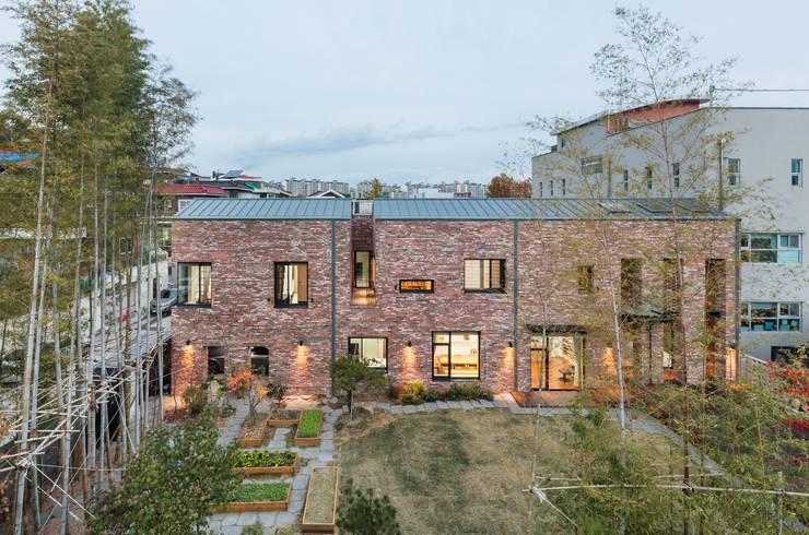 남측 정면: (주)건축사사무소 모도건축의  주택