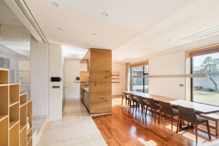 1층 복도에서 거실과 식당을 바라보다: (주)건축사사무소 모도건축의  다이닝 룸