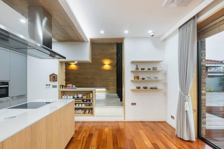 1층 식당에서 선룸을 바라보다: (주)건축사사무소 모도건축의  다이닝 룸
