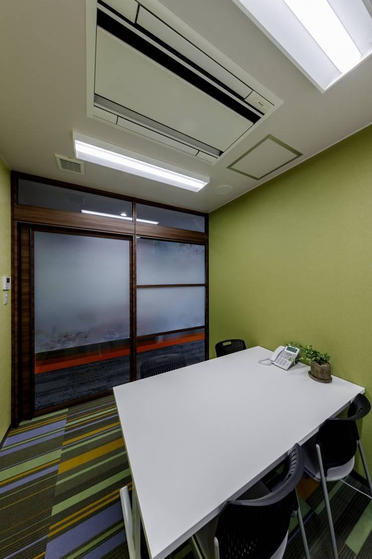 根據 株式会社Juju INTERIOR DESIGNS 隨意取材風 玻璃