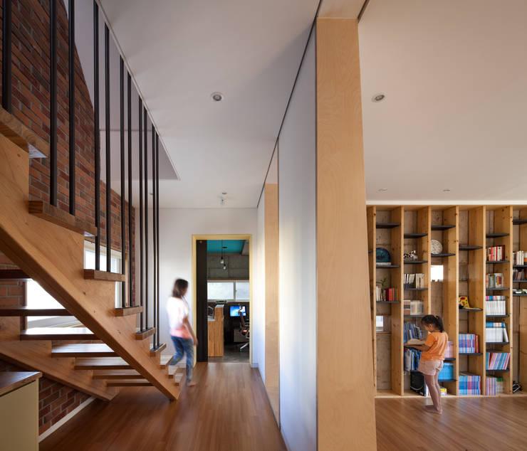 Corridor and hallway by 남기봉건축사사무소