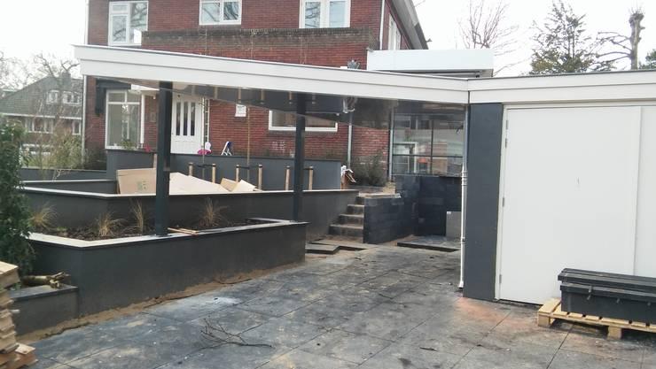 Carport in stijl met de omgeving en de bestaande bebouwing :  Garage/schuur door Carport Harderwijk, Modern Aluminium / Zink