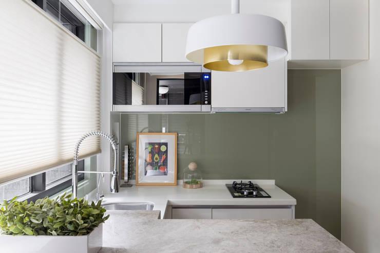 私宅-綠溢:  廚房 by 思為設計 SW Design