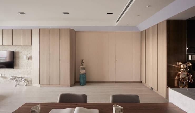 私宅-玩味:  走廊 & 玄關 by 思為設計 SW Design