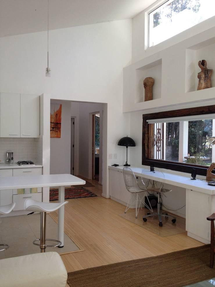 Casa La Punta: Cocinas de estilo  por Grupo E Arquitectura y construcción