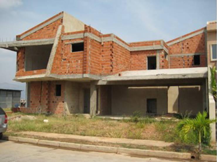 Vista Frontal sur/este. Vivienda V12. Obra gris.: Casas de estilo  por Eisen Arquitecto