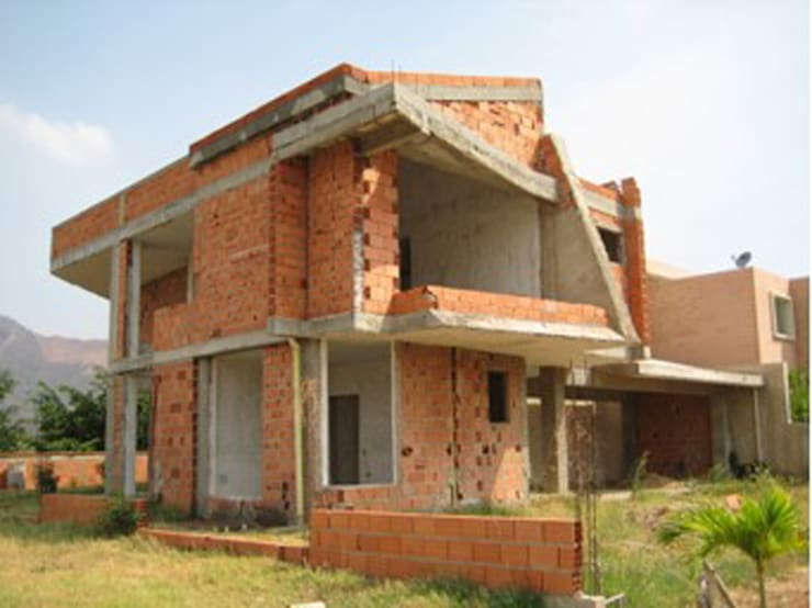 Vista Frontal- Lateral sur/este. Vivienda V12. : Casas de estilo  por Eisen Arquitecto