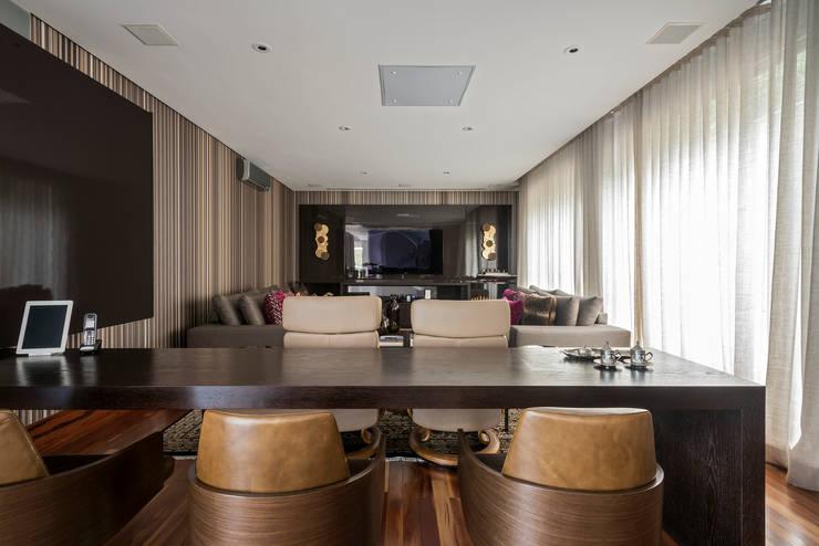 Espaço da Família : Salas multimídia modernas por Andréa Buratto Arquitetura & Decoração