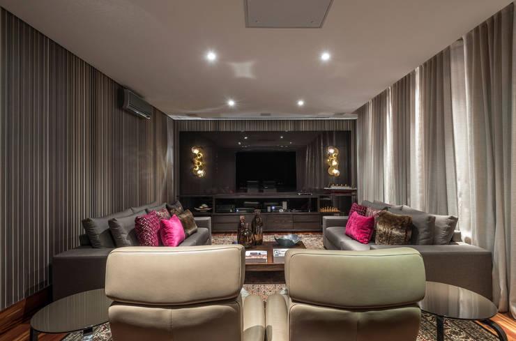 Residência Nova Lima : Salas multimídia  por Andréa Buratto Arquitetura & Decoração