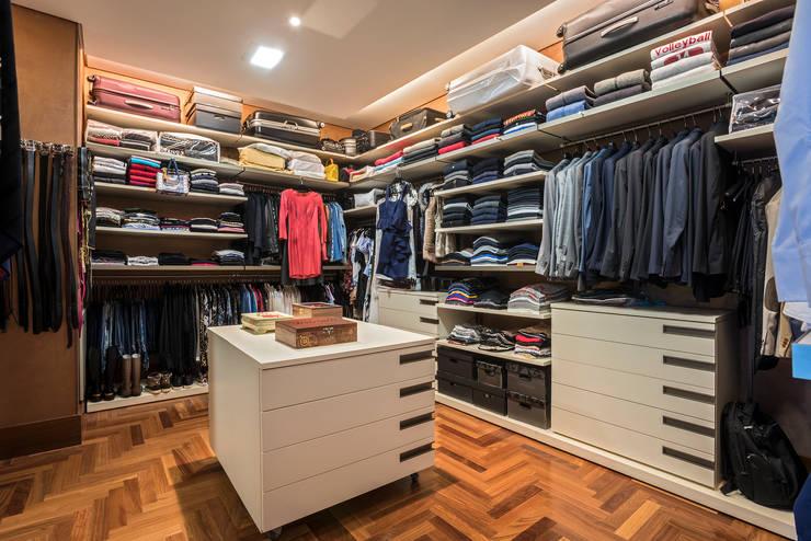 Dressing room by Andréa Buratto Arquitetura & Decoração