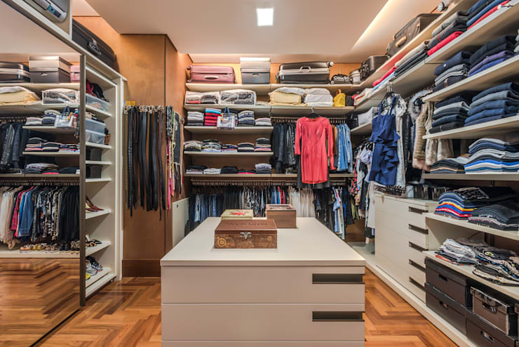 Vestidores y closets de estilo  por Andréa Buratto Arquitetura & Decoração