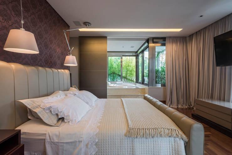 Residência Nova Lima : Quartos  por Andréa Buratto Arquitetura & Decoração