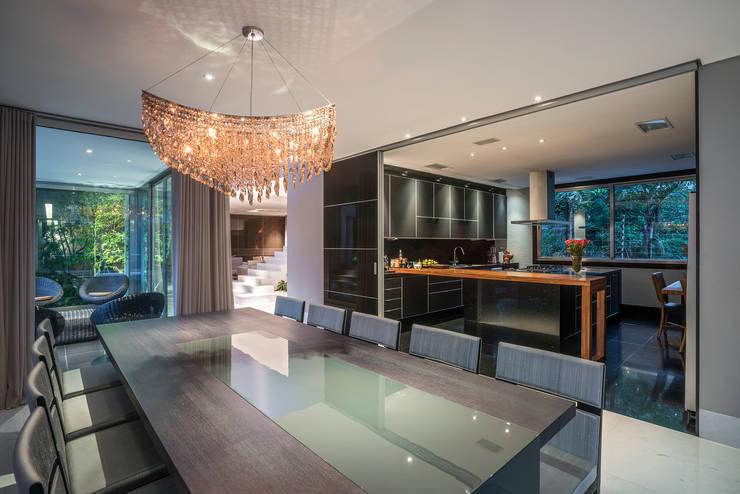 Residência Nova Lima : Salas de jantar  por Andréa Buratto Arquitetura & Decoração
