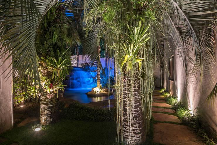 Residência Nova Lima : Jardins  por Andréa Buratto Arquitetura & Decoração