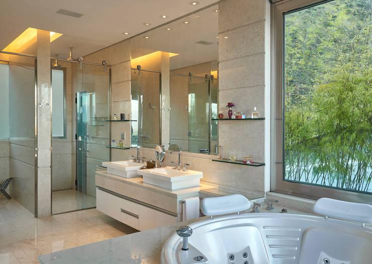 Residência Nova Lima : Banheiros modernos por Andréa Buratto Arquitetura & Decoração