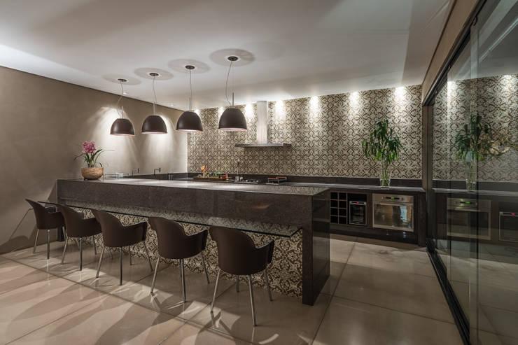 Residência Luxemburgo: Cozinhas  por Andréa Buratto Arquitetura & Decoração