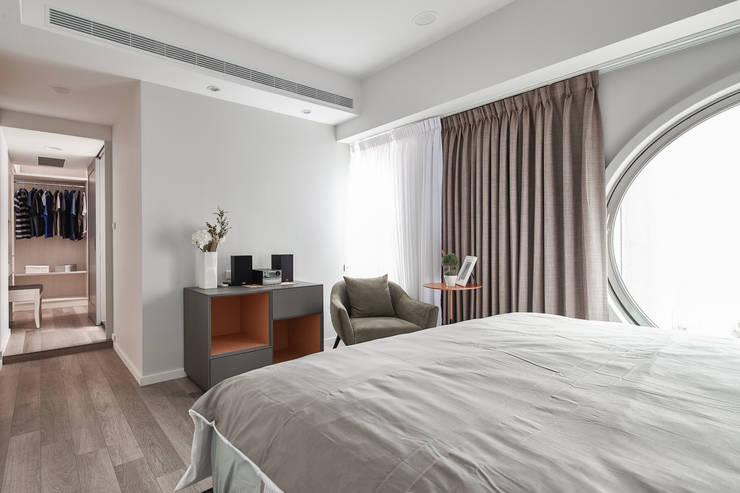 地板收納櫃:  臥室 by 耀昀創意設計有限公司/Alfonso Ideas