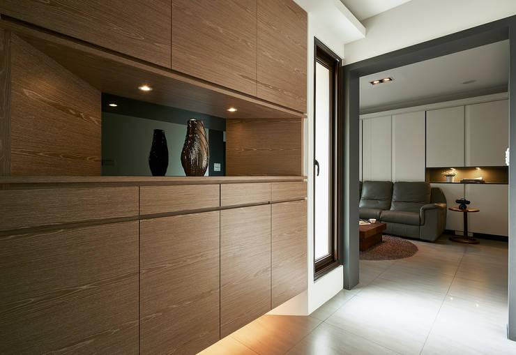 Pasillos y recibidores de estilo  por 舍子美學設計有限公司