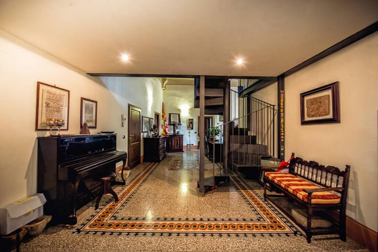 ABITARE LA STORIA: Ingresso & Corridoio in stile  di Studio Prospettiva