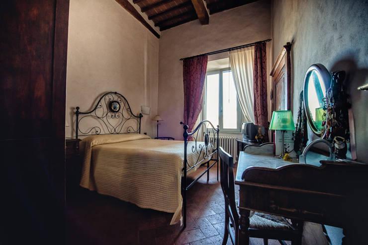 ABITARE LA STORIA: Camera da letto in stile in stile Classico di Studio Prospettiva