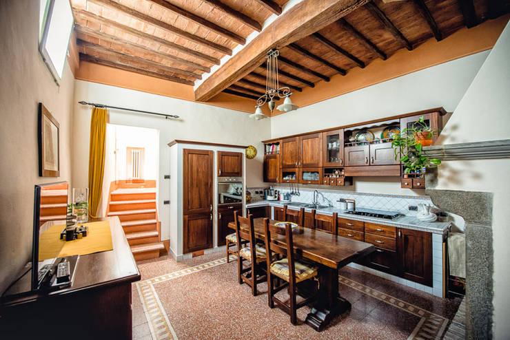 ABITARE LA STORIA: Cucina in stile in stile Classico di Studio Prospettiva