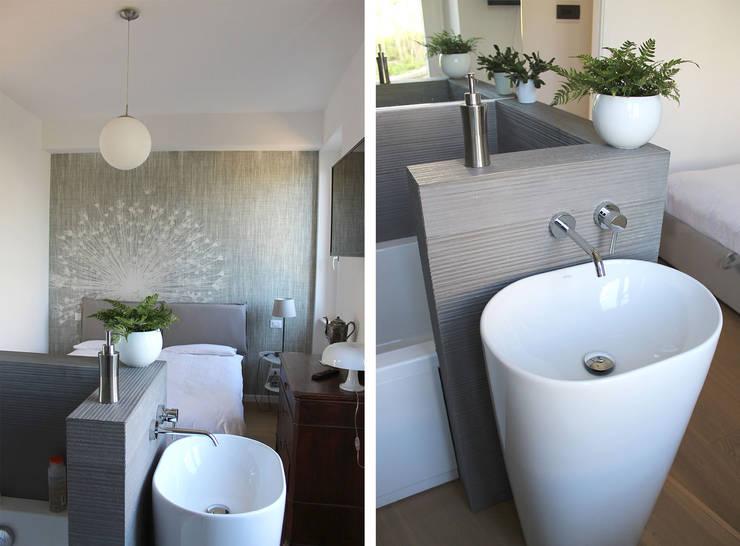 Camera da Letto Matrimoniale con Bagno : Camera da letto in stile in stile Moderno di redesign lab