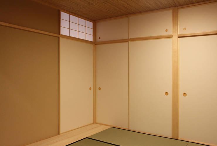 Dormitorios de estilo asiático por 有限会社 起廣プラン