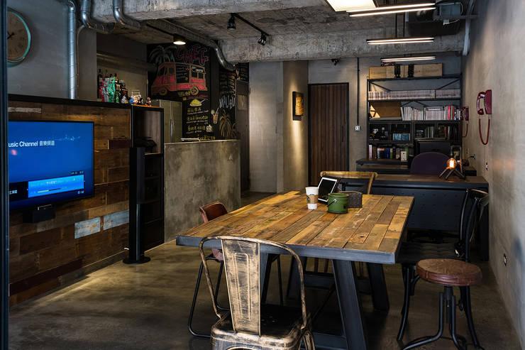會議桌:  書房/辦公室 by UNIQUE DESIGN優尼客空間設計