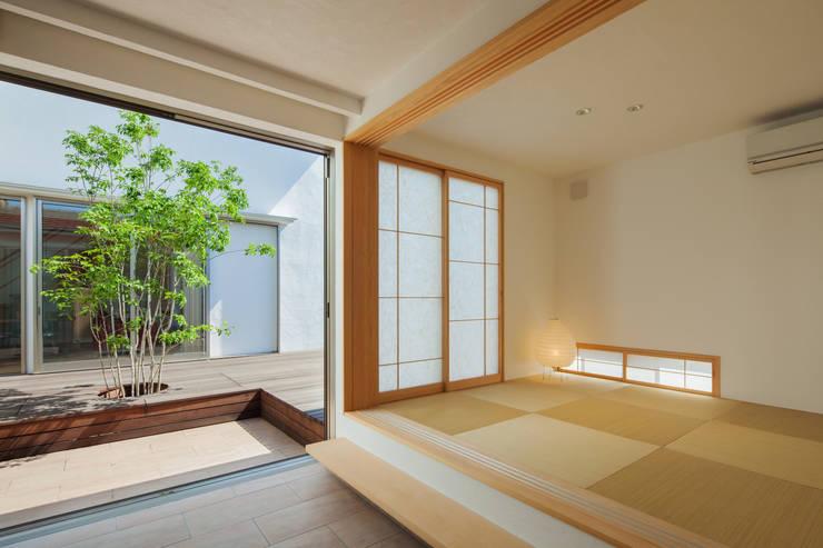 玄関から客間・中庭を望む: 株式会社seki.designが手掛けた和室です。