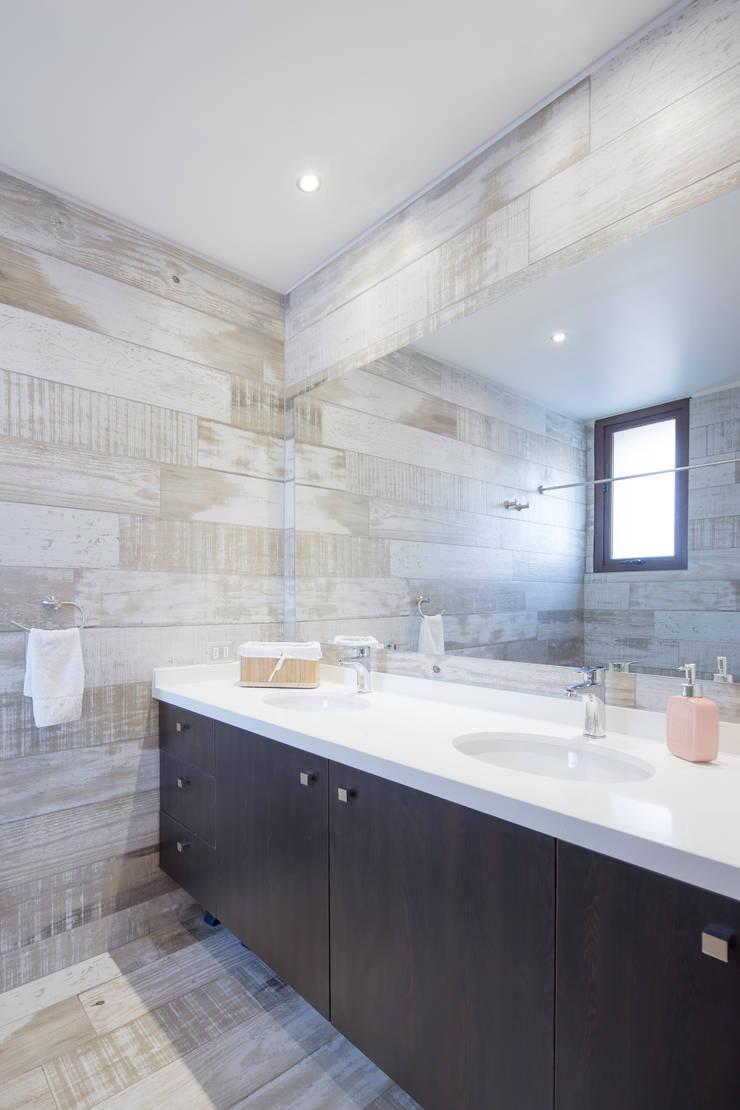 Casa Condominio Altos de Chicureo: Baños de estilo  por Grupo E Arquitectura y construcción