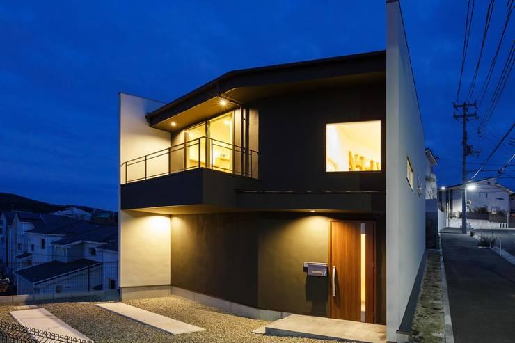 正面夕景: 株式会社seki.designが手掛けた家です。