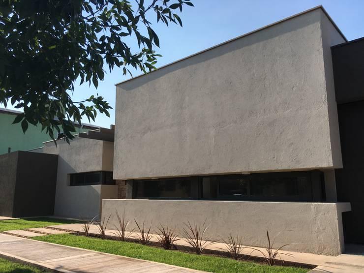 frente [casa S ]: Casas de estilo  por modulo cinco arquitectura
