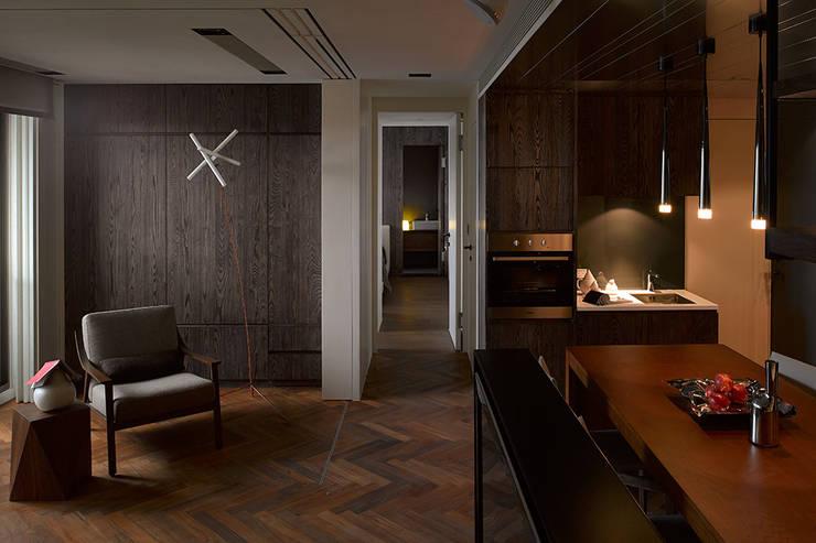 Li Residence:  客廳 by 沈志忠聯合設計