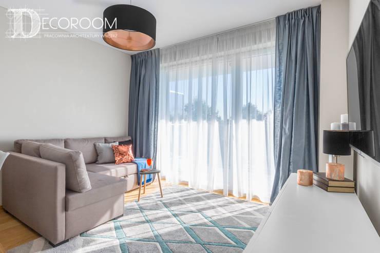 Mieszkanie z hiszpańską duszą : styl , w kategorii Salon zaprojektowany przez Decoroom