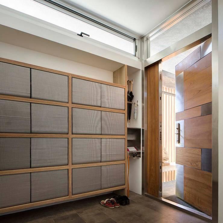 內玄關:  走廊 & 玄關 by 前置建築 Preposition Architecture