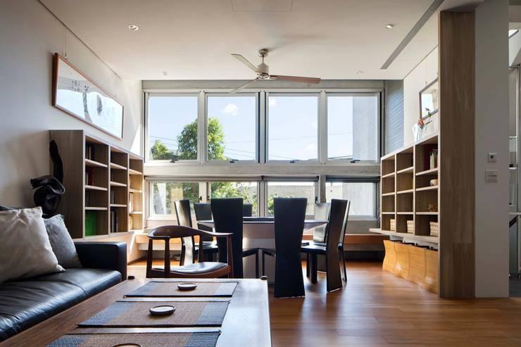 客餐廳窗外:  客廳 by 前置建築 Preposition Architecture