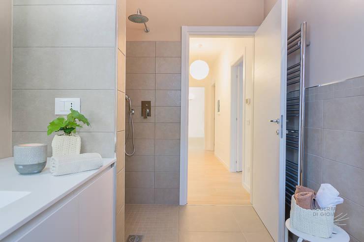 Appartamento campione in cantiere: Bagno in stile  di Home Staging & Dintorni