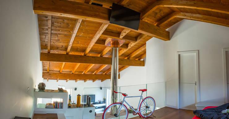 Salas de estar  por Costantini Case in Legno