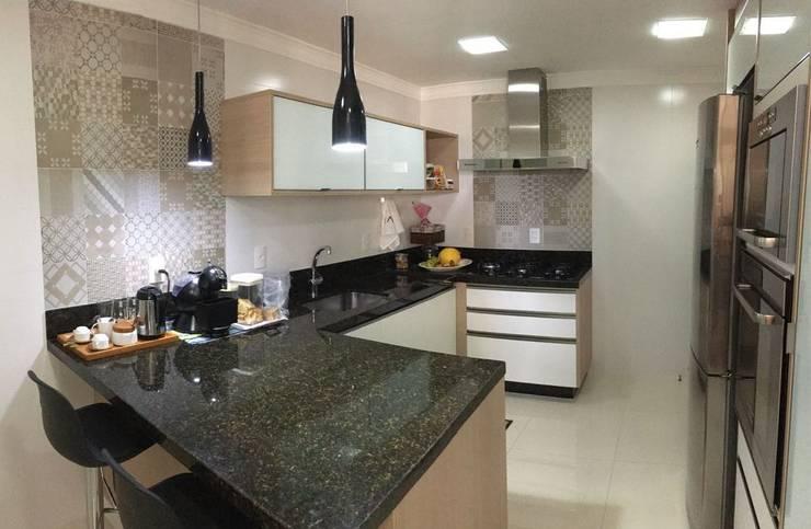 Cozinha Moderna e Funcional: Cozinhas  por Camila Danubia Arquitetura