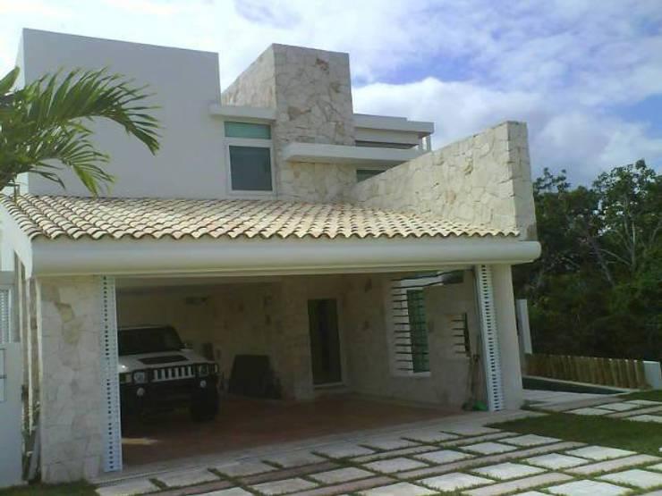 acceso principal: Casas de estilo minimalista por sanmartiarquitectos