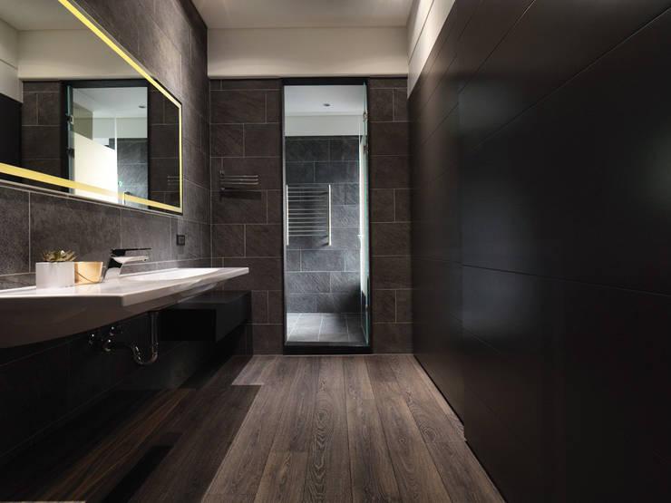 無相:  浴室 by 白金里居  空間設計