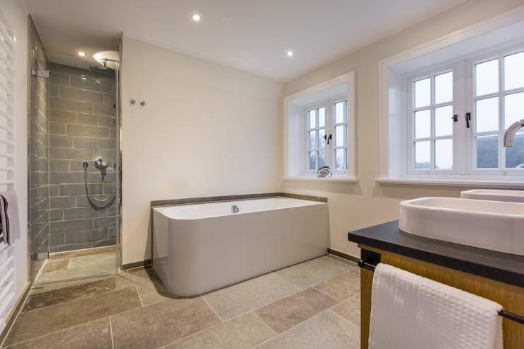 Ванные комнаты в . Автор – Home Staging Sylt GmbH