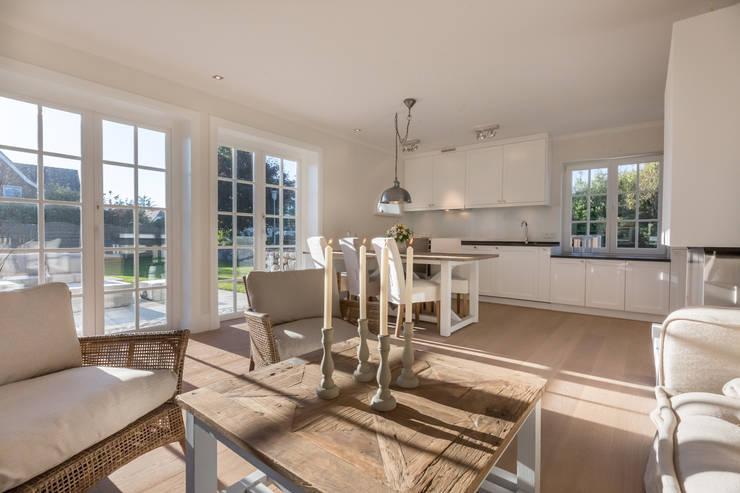 Phòng khách by Home Staging Sylt GmbH