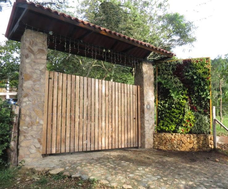 JARDINES VERTICALES: Jardines de estilo  por Elementum Arquitectos SAS