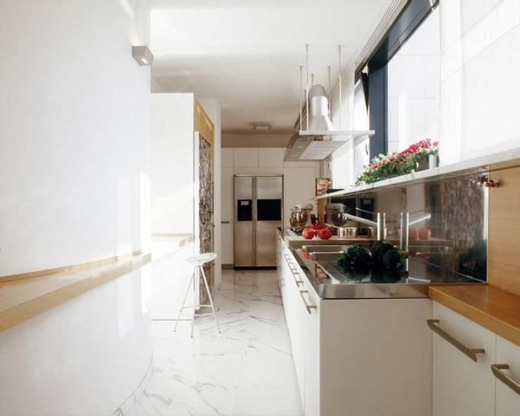 Ristrutturazione appartamento Como: Cucina in stile  di Cappelletti Architetti