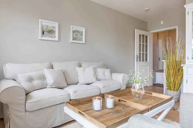 moderne Woonkamer door Home Staging Sylt GmbH