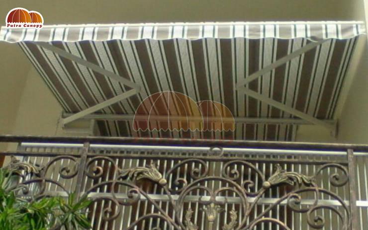 Awning Gulung:  Balconies, verandas & terraces  by Putra Canopy